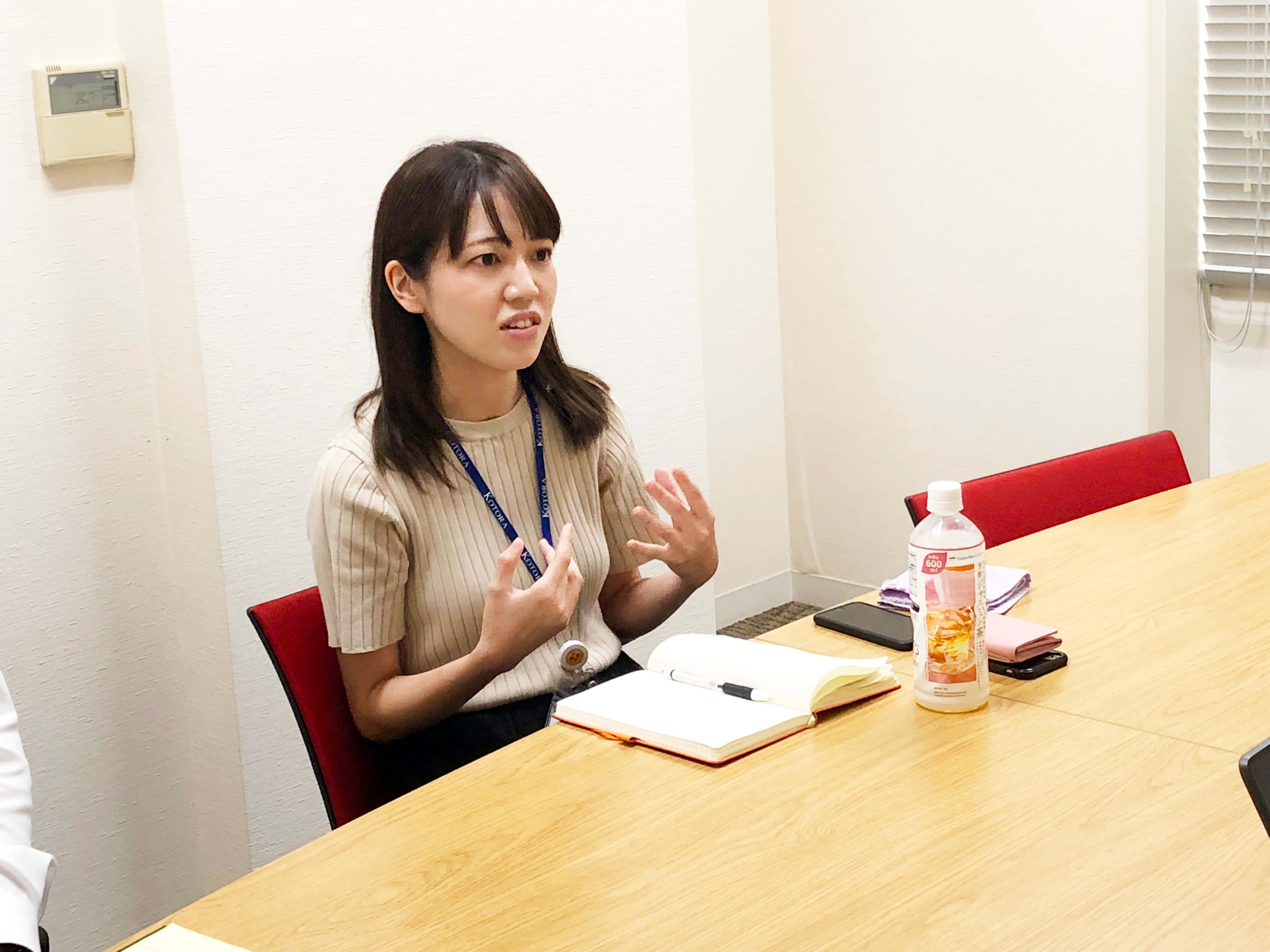 インタビューに答える岩崎さん